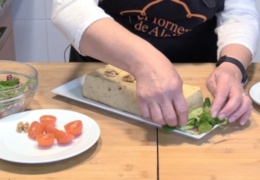 Decoramos con ensalada y tomate