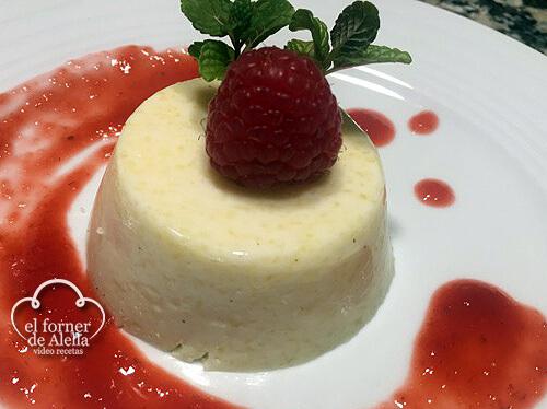 Panacotta de Pina colada con coulis de frutos rojos_web