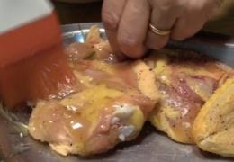 untamos con la salsa el pollo