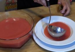 Sopa de tomate y sandia lista para servir