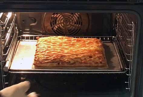 coca enrejada de hojaldre con crema pastelera al horno