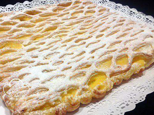 coca enrejada de hojaldre con crema pastelera